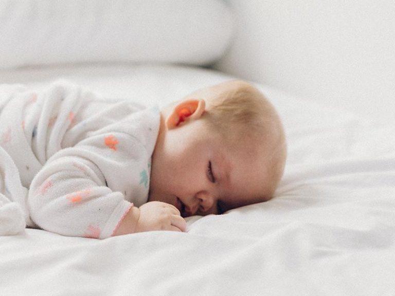 Bébé endormi sur un lit