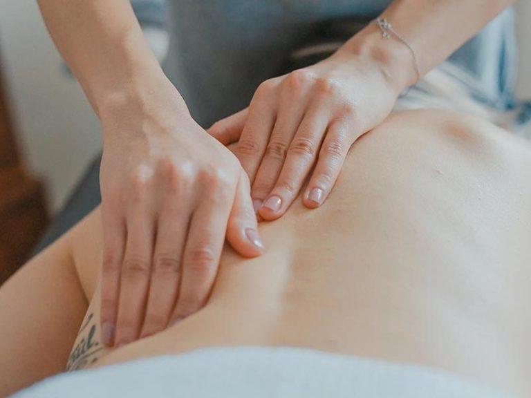 Séance d'ostéopathie, manipulation du dos